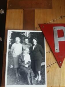07.07.1987 r. zdjęcie wykonane na rekolekcjach w Niepokalanowie; od lewej Anna burdówna, Janka Tyszkiewicz, Kasia Mateja Józefa Kantor ( Mury)